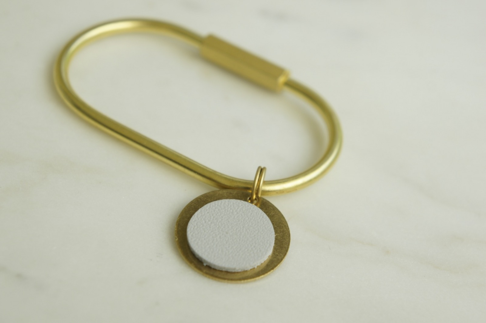 Schlüsselring Oval mit Anhänger hellgrau