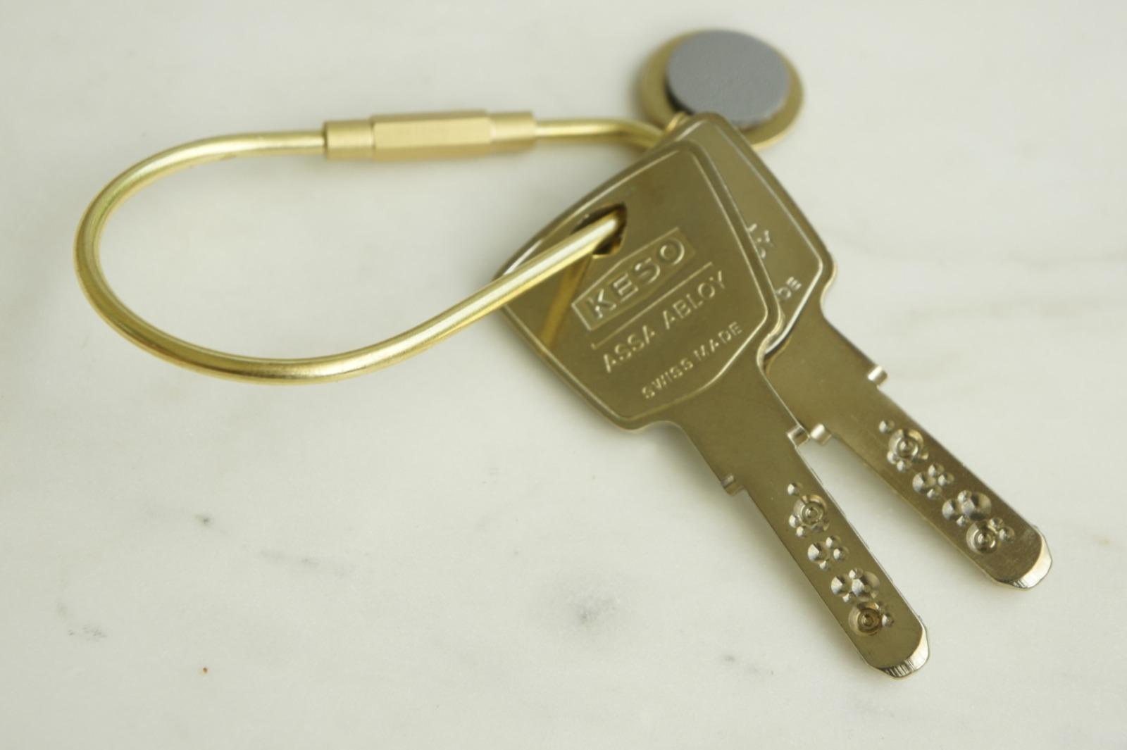 Schlüsselring Tropfenform mit Anhänger grau 3