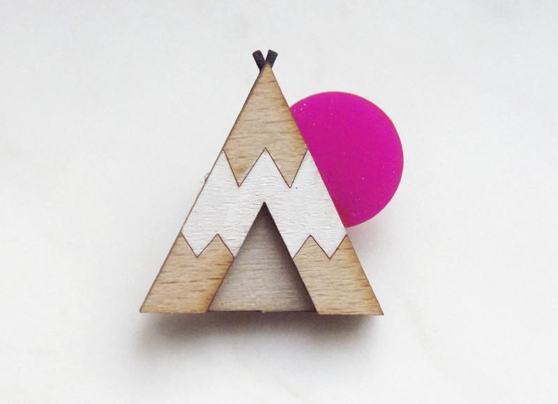 Brosche Tipi weiß Holz Acryl pink