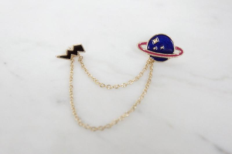Brosche Pin Planet mit Blitz 2