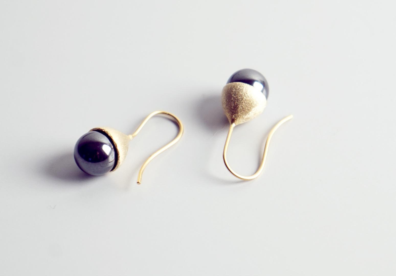 Ohrhänger Hütchen vergoldet mit Perle Hämatit