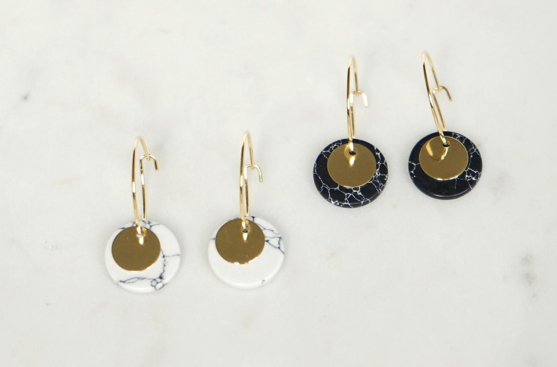 Kleine Creolen Marmorlook mit Goldscheibe, schwarz - 3