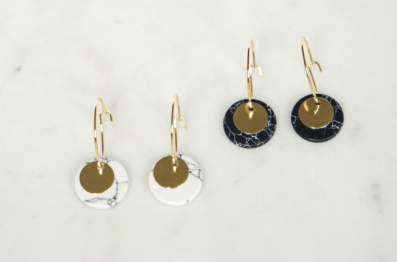 Kleine Creolen Marmorlook mit Goldscheibe weiß