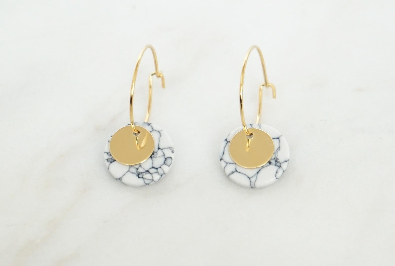 Kleine Creolen Marmorlook mit Goldscheibe, weiß - 1