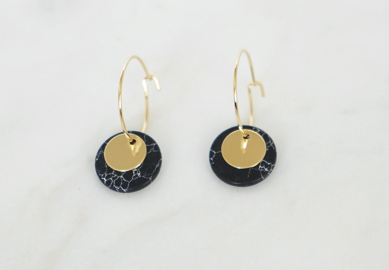Kleine Creolen Marmorlook mit Goldscheibe, schwarz - 1