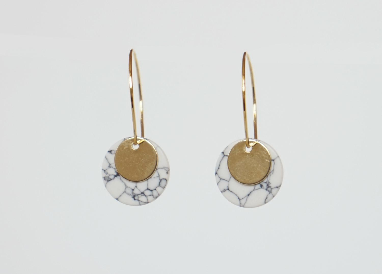 Kleine Creolen Marmorlook mit Goldscheibe, weiß - 2