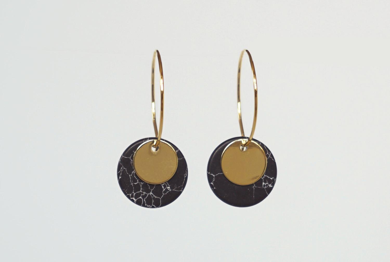 Kleine Creolen Marmorlook mit Goldscheibe, schwarz - 2