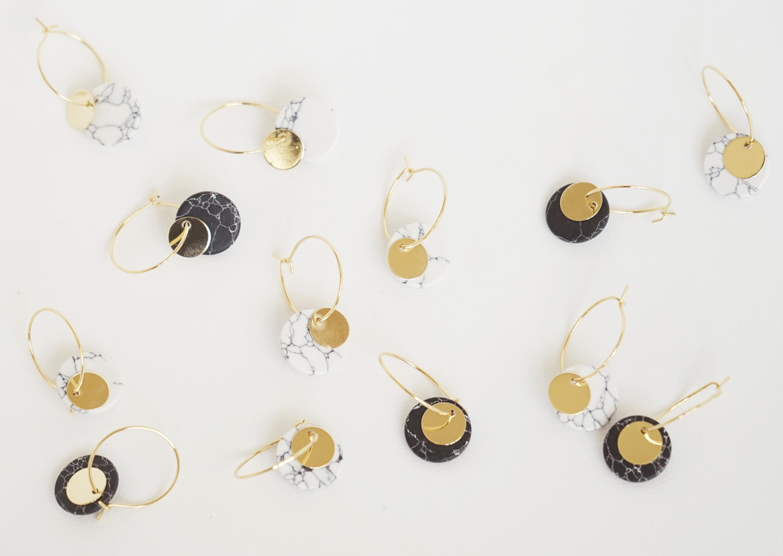 Kleine Creolen Marmorlook mit Goldscheibe, weiß - 4