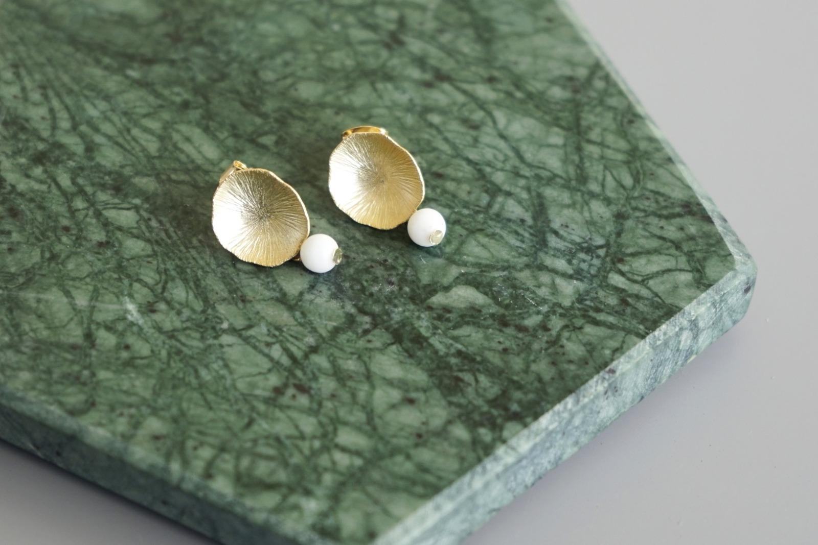 Ohrstecker Lotusblatt vergoldet mit Perle Jade weiß - 1