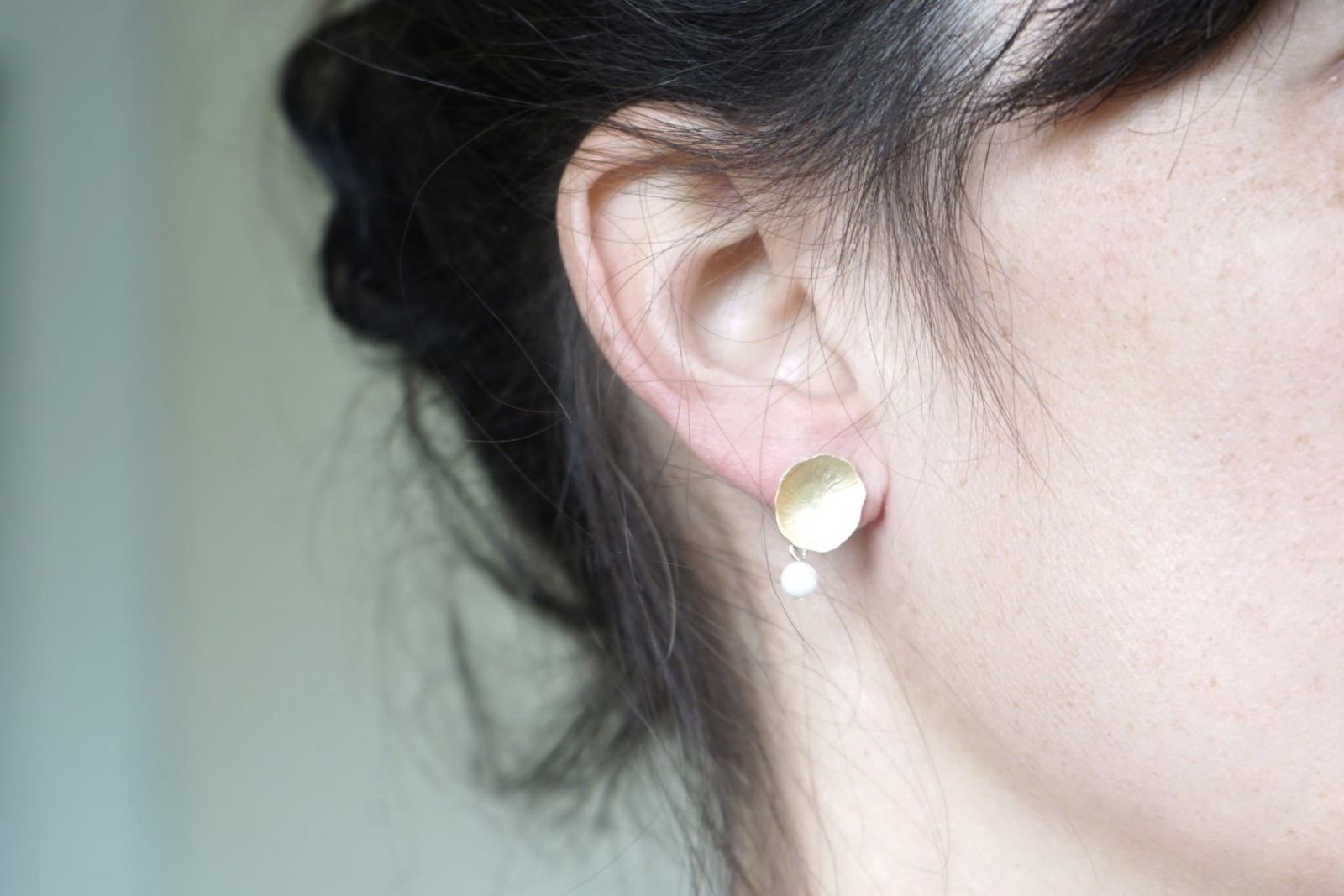 Ohrstecker Lotusblatt vergoldet mit Perle Jade weiß - 2