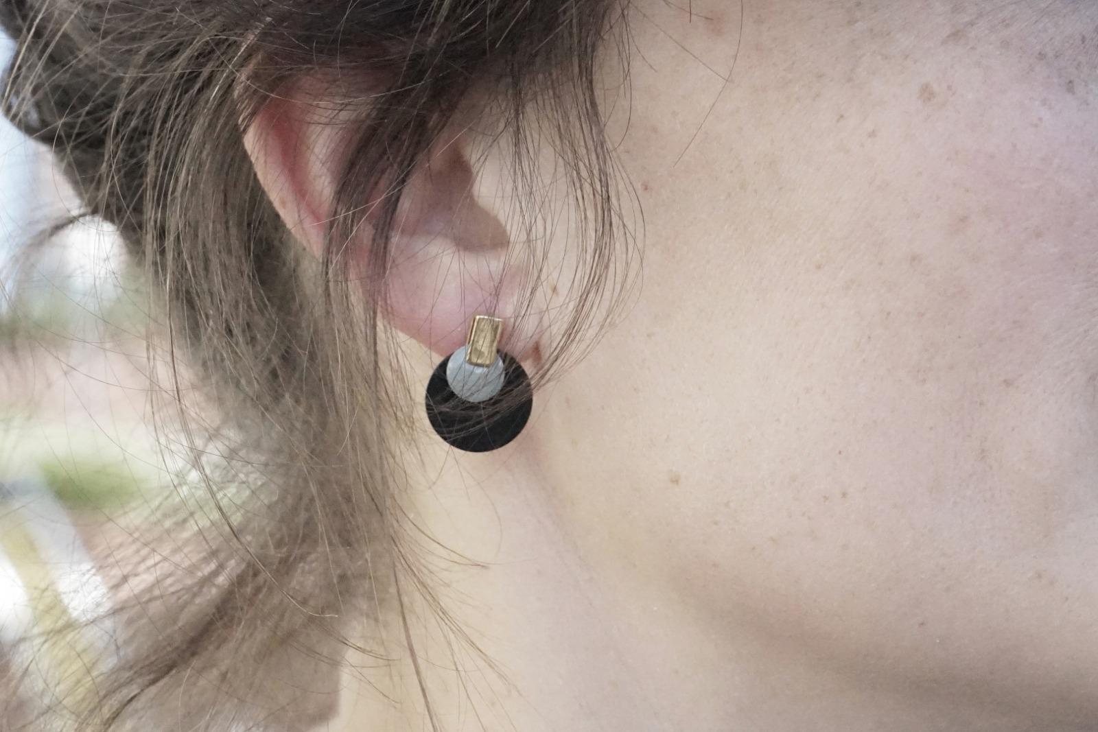 Ohrstecker aus schwarz lackiertem Metall Emaille