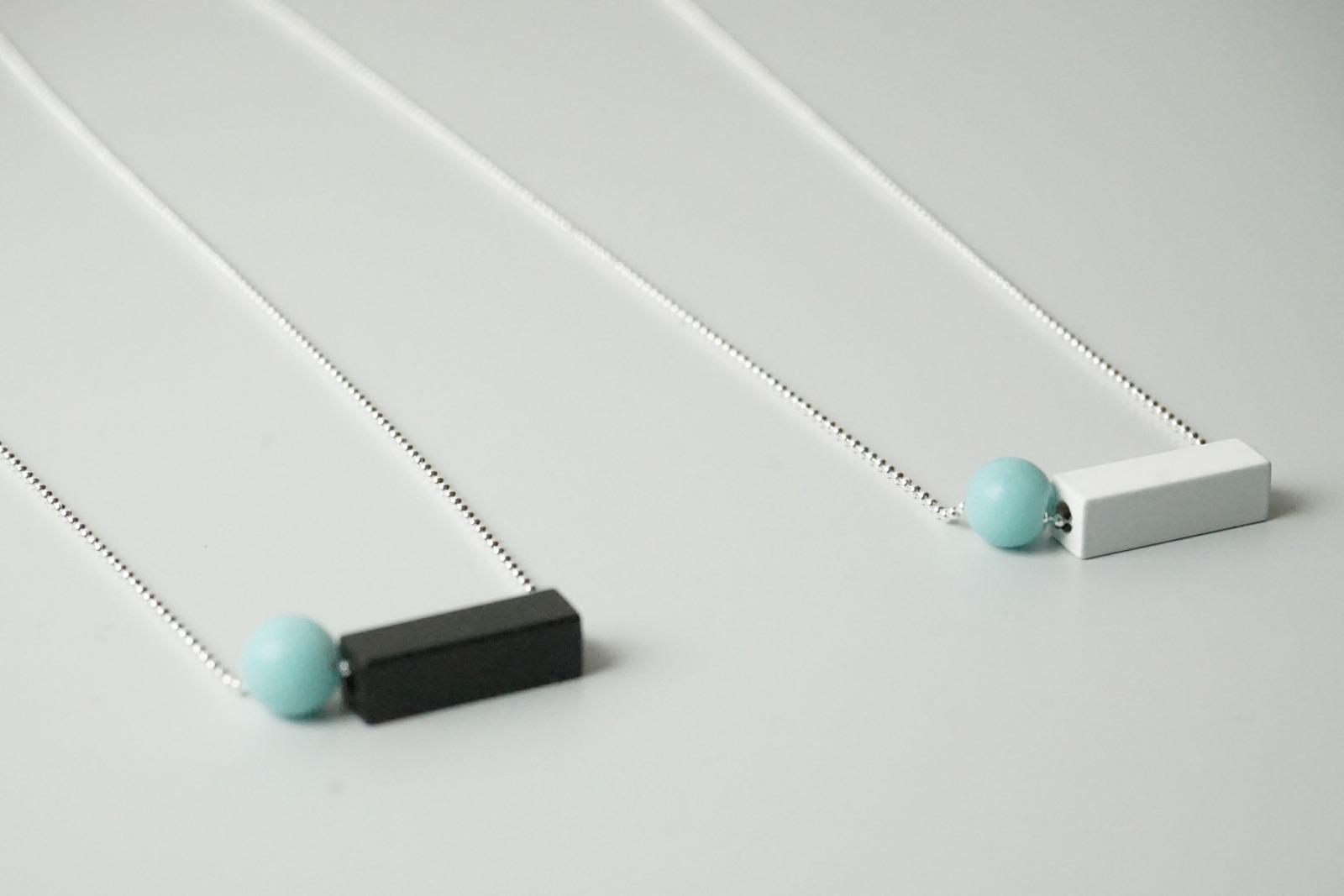 Silberne Kugelkette mit eckiger Metallperle und