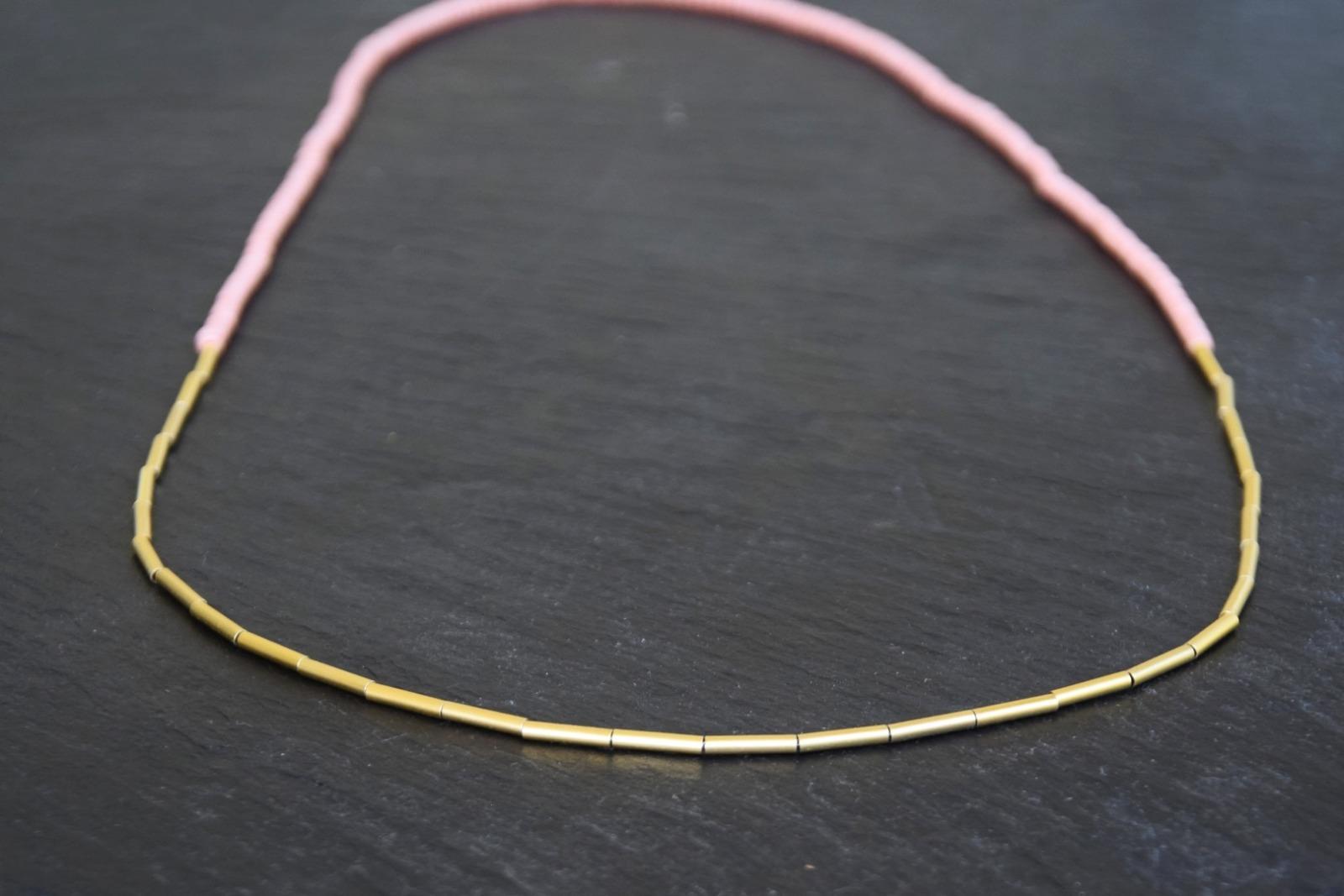 Kette Rocaillesperlen mit goldenen Röhrchen aus