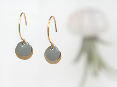 Ohrringe 925 silber vergoldet mit Emailleplättchen, grau