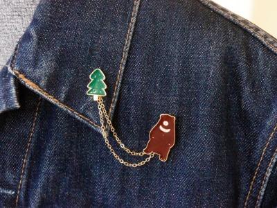Brosche Pin Bär mit Tannenbaum