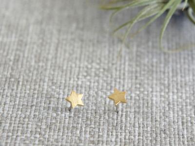 Kleine Ohrstecker aus satiniertem Messing Sternchen