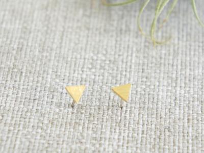 Kleine Ohrstecker aus satiniertem Messing Dreieck