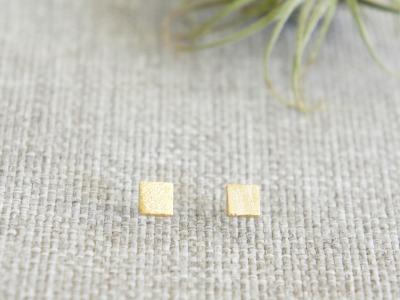 Kleine Ohrstecker aus satiniertem Messing Quadrat