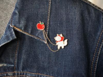 Brosche Pin Rotkäppchen mit Apfel