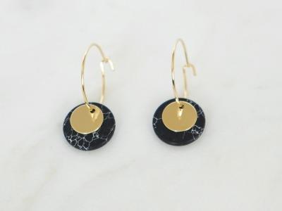 Kleine Creolen Marmorlook mit Goldscheibe schwarz