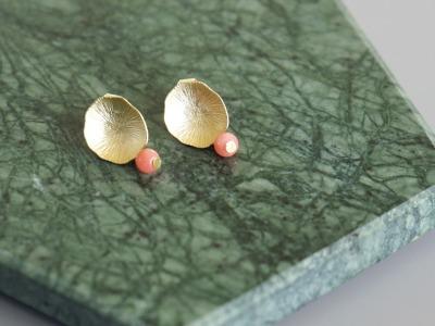 Ohrstecker Lotusblatt vergoldet mit Perle rosa Koralle
