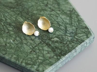 Ohrstecker Lotusblatt vergoldet mit Perle Jade weiß