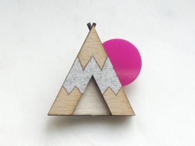Brosche Tipi silber , Holz, Acryl pink