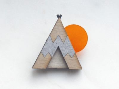 Brosche Tipi silber , Holz, Acryl orange