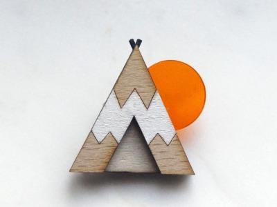 Brosche Tipi weiß , Holz, Acryl orange