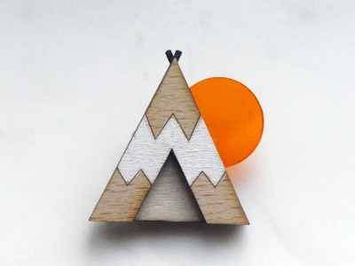 Brosche Tipi weiß Holz Acryl orange
