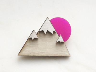 Brosche Berg Holz Acryl pink
