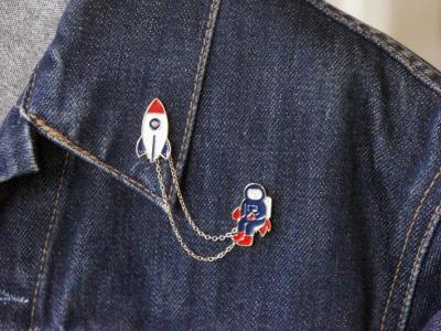 Brosche Pin Rakete mit Astronaut