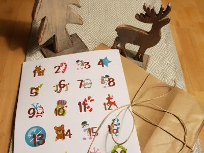 Adventskalender mit 24 Aufklebern/Stickern