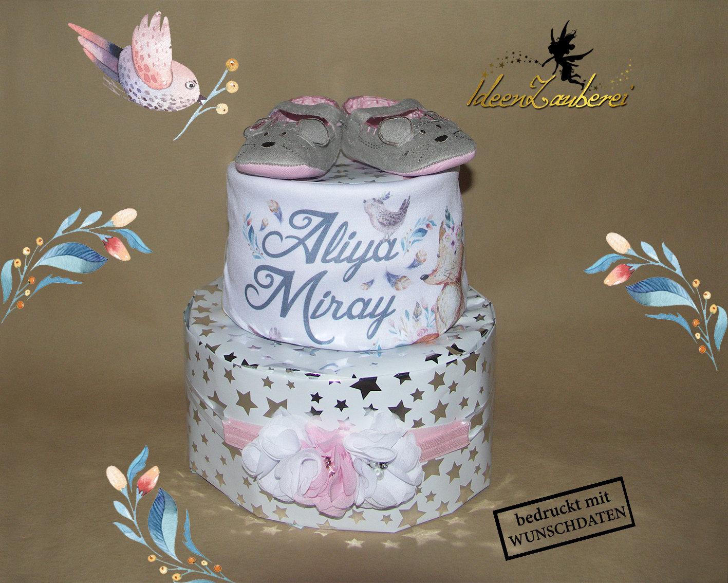 on sale 4b2ef bd420 Windeltorte Zauberwald für Mädchen, individualisiert mit Namen auf  Lätzchen, und wunderschöne Babyschuhe und Kopfschmuck in rosa und weiß! /  Mit viel ...