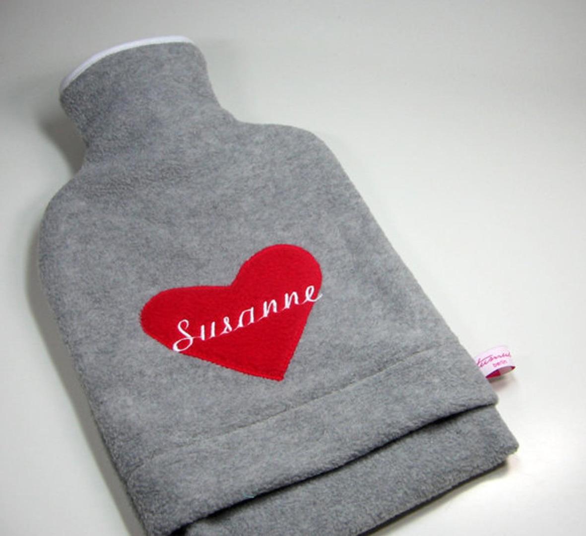 Personalisierte Wärmflasche mit rotem Herz
