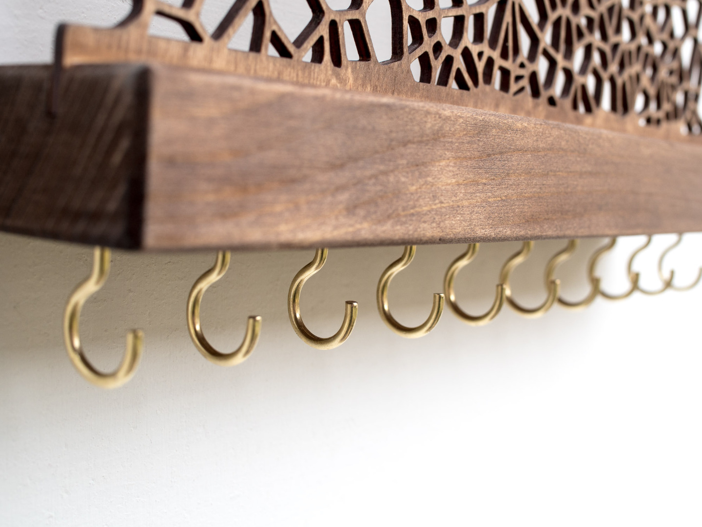 Handgemachter Schmuckdisplay aus Holz für die