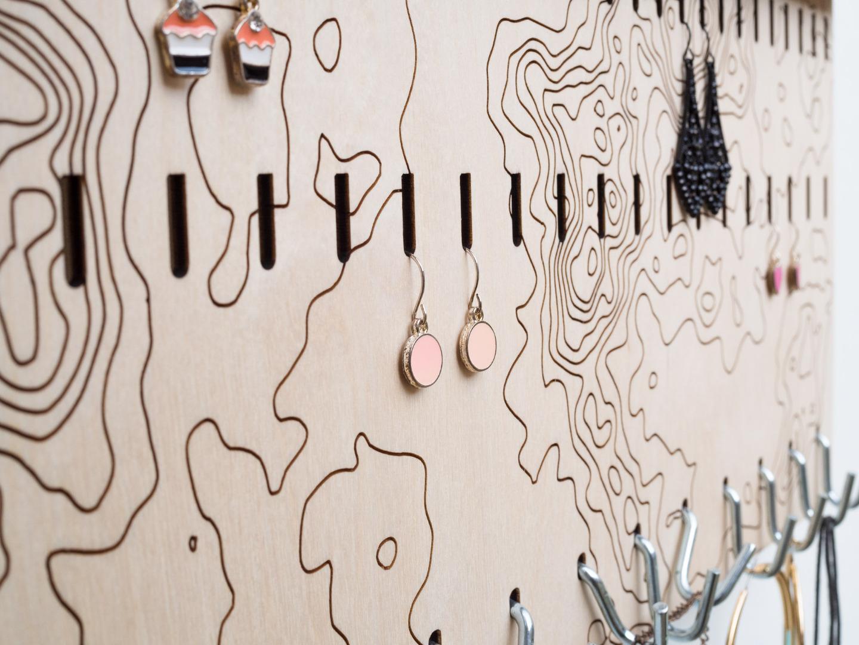 Schmuckhalter für die Wand mit abstraktem