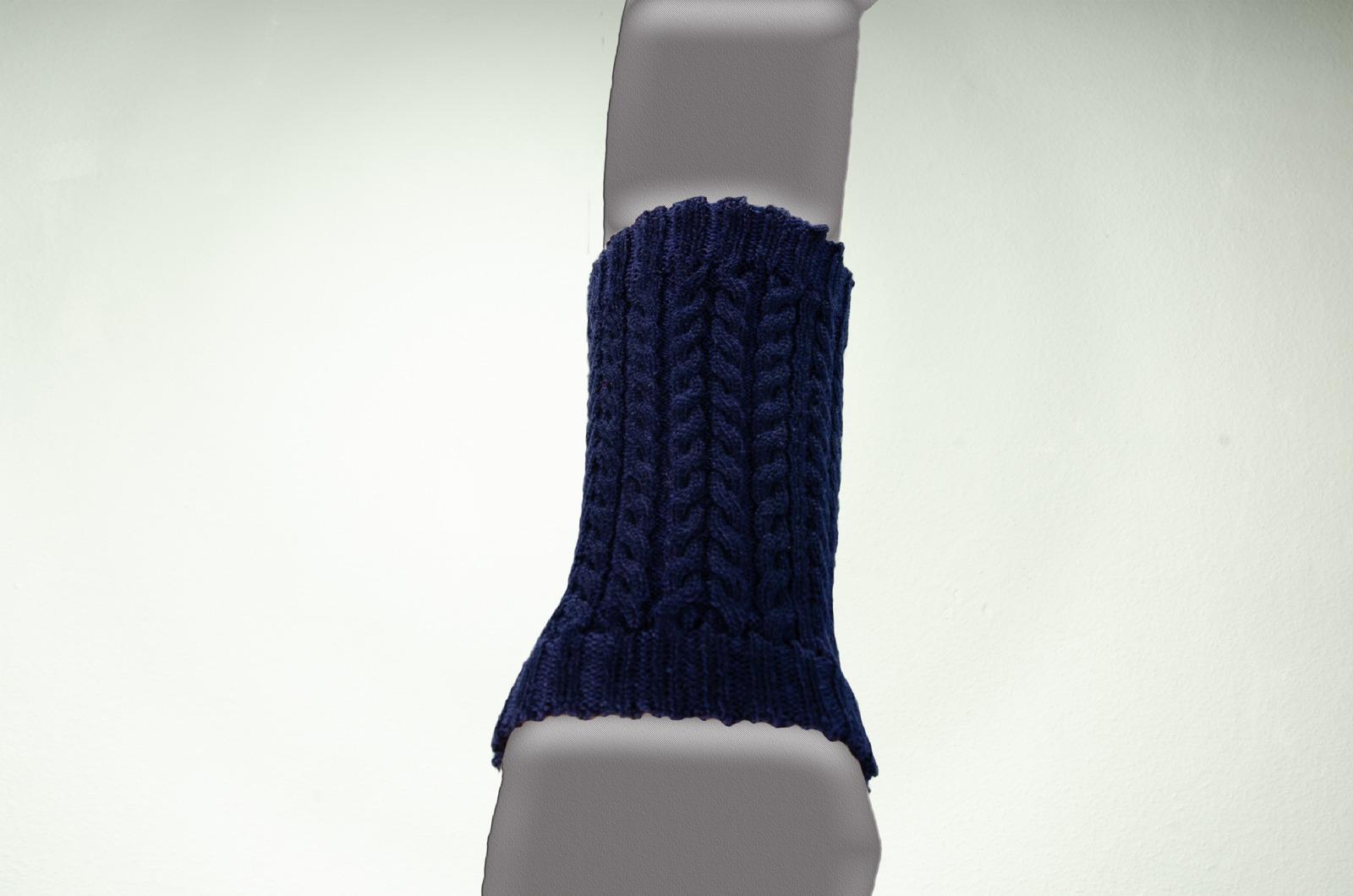 Merino Pulswärmer Zopfmuster in dunkelblau 2