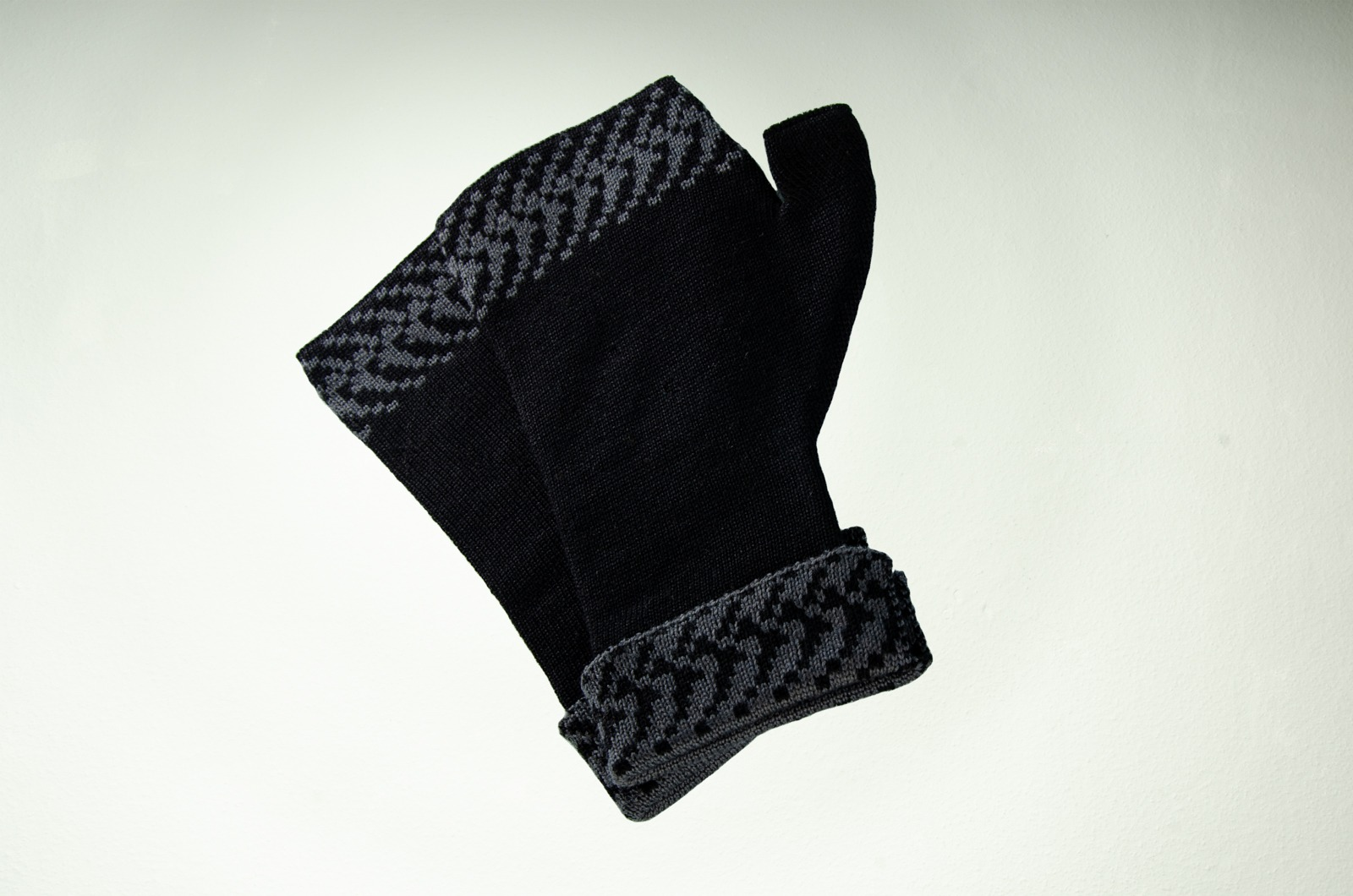 Merino Pulswärmer Pixel in schwarz und