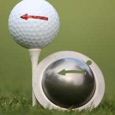 Tin Cup - One Way - Dieser Tin Cup ist eine Ball Schablone aus Edelstahl mit den Symbol einer Einbahnstrasse. Mit einem feinen und wasserfesten Stift laesst sich dann das Design auf den Golf Ball malen.