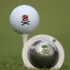Tin Cup - Jolly Roger - Der Tin Cup ist eine Ball Schablone aus Edelstahl mit dem Design eines Totenkopfes. Mit einem feinen und wasserfesten Stift laesst sich dann das Design auf den Golf Ball malen.