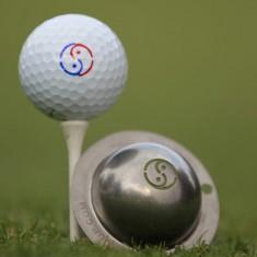 Tin Cup - Yin Yang - Der Tin Cup ist eine Ball Schablone aus Edelstahl mit dem Yin Yang Design. Mit einem feinen und wasserfesten Stift laesst sich dann das Design auf den Golf Ball malen.