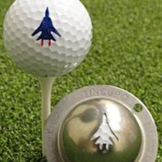 Tin Cup - Top Gun - Der Tin Cup ist eine Ball Schablone aus Edelstahl mit dem Design einer F16 . Mit einem feinen und wasserfesten Stift laesst sich dann das Design auf den Golf Ball malen.