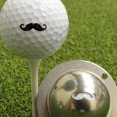 Tin Cup - Stache - Dieser Tin Cup ist eine Ball Schablone aus Edelstahl mit dem Design eines Oberlippenbartes. Mit einem feinen und wasserfesten Stift laesst sich dann das Design auf den Golf Ball malen.