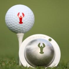 Tin Cup - Rock Lobster - Dieser Tin Cup ist eine Ball Schablone aus Edelstahl mit dem Design eines Lobsters. Mit einem feinen und wasserfesten Stift laesst sich dann das Design auf den Golf Ball malen.