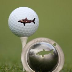 Tin Cup - Razor s Edge - Dieser Tin Cup ist eine Ball Schablone aus Edelstahl mit dem Design eines Hai. Mit einem feinen und wasserfesten Stift laesst sich dann das Design auf den Golf Ball malen.