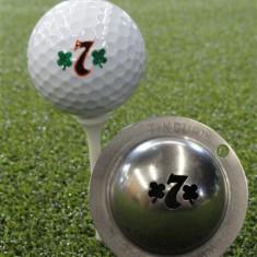Tin Cup - Lucky 7 - Der Tin Cup ist eine Ball Schablone aus Edelstahl mit dem Design der Lucky Seven . Mit einem feinen und wasserfesten Stift laesst sich dann das Design auf den Golf Ball malen.
