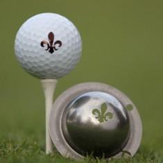 Tin Cup - Fleur De Lis - Der Tin Cup ist eine Ball Schablone aus Edelstahl mit dem Design der Lilie. Mit einem feinen und wasserfesten Stift laesst sich dann das Design auf den Golf Ball malen.