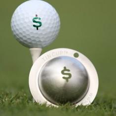 Tin Cup - Nassau - Dieser Tin Cup ist eine Ball Schablone aus Edelstahl mit dem Design des Dollar Zeichen. Mit einem feinen und wasserfesten Stift laesst sich dann das Design auf den Golf Ball malen.