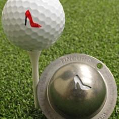 Tin Cup - Gimme Choo - Der Tin Cup ist eine Ball Schablone aus Edelstahl mit dem Design eines Pumps Schuhs. Mit einem feinen und wasserfesten Stift laesst sich dann das Design auf den Golf Ball malen.
